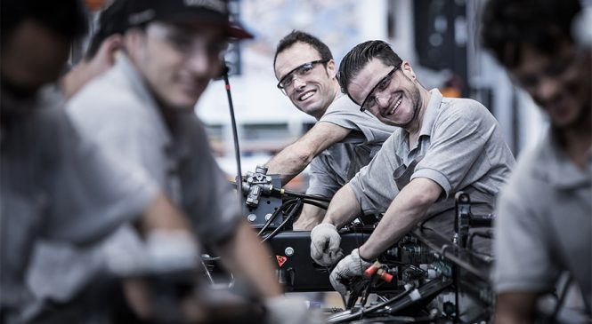 Mercedes-Benz contrata 600 colaboradores para produção de caminhões em 2019