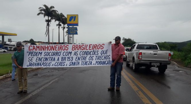 Caminhoneiros interditam trecho da BR-153 durante protesto em Jaraguá