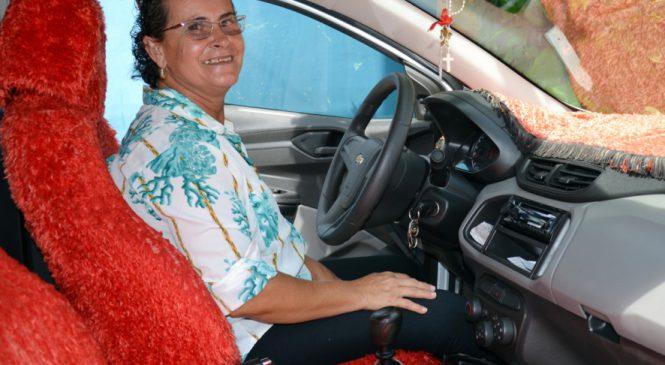 Ex-caminhoneira decora carro para matar saudade da profissão