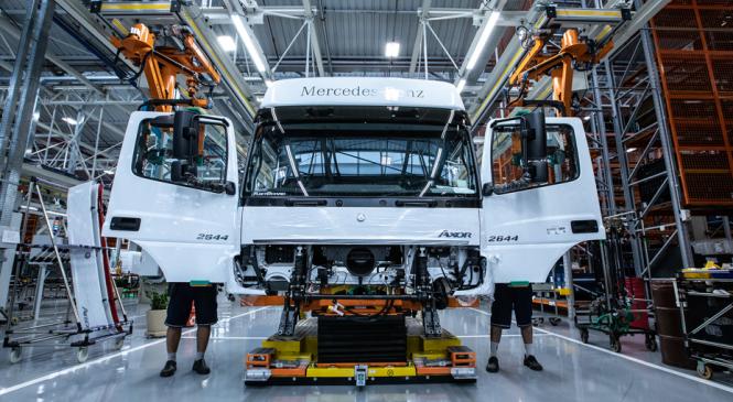 [VÍDEO] Mercedes-Benz inaugura fábrica de cabines 4.0