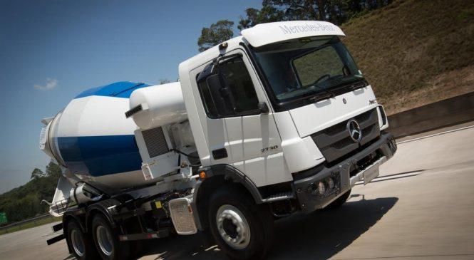 Mercedes-Benz expõe caminhões em feira de obras.