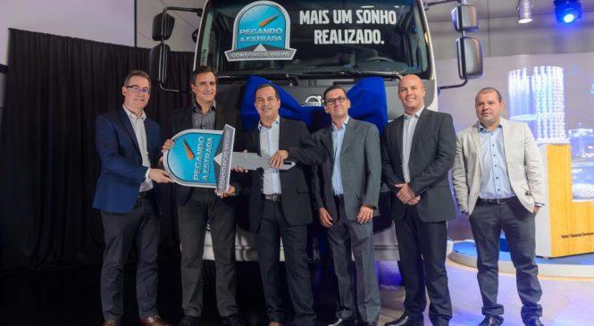 Consórcio Volvo entrega caminhão para vencedor da promoção Pegando a Estrada.