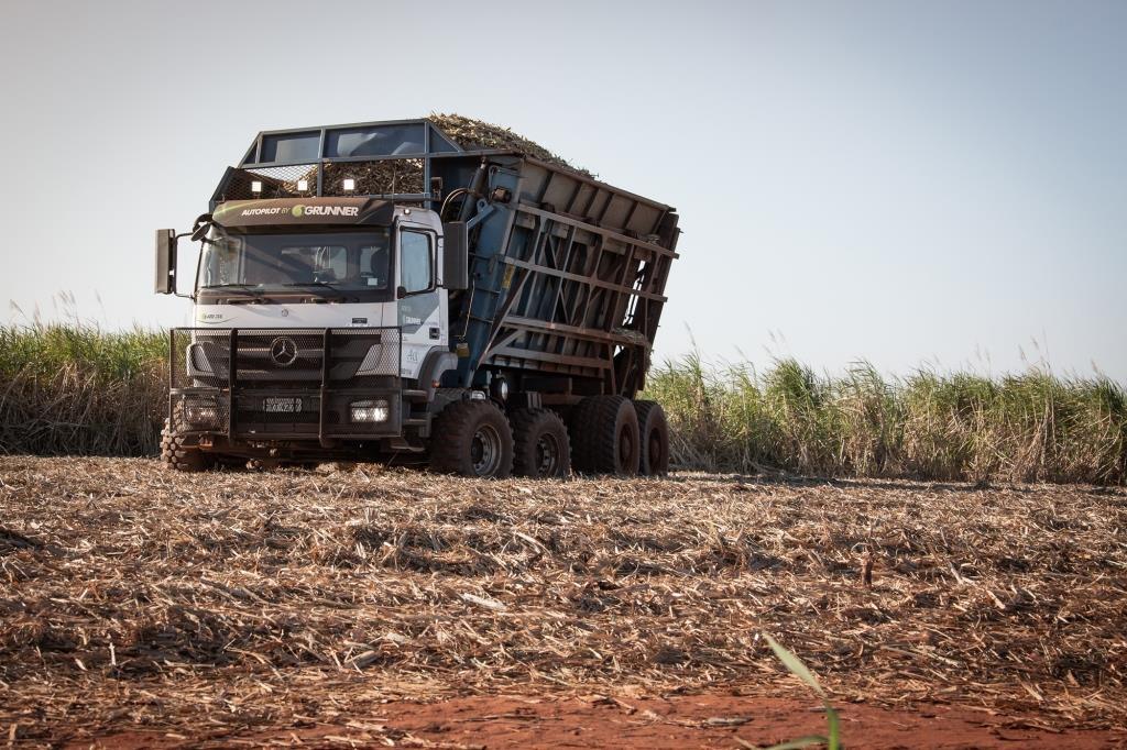 Caminhão Axor de direção autônoma para transbordo de cana será destaque na Agrishow 2019.