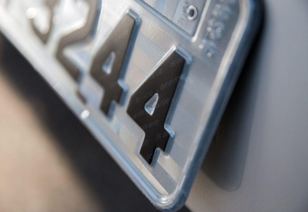 Prazo para licenciar veículos com placa final 4, em SP, vai até o dia 31