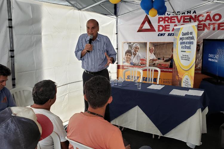Drauzio Varella dá orientações de saúde para caminhoneiros em ação do SEST SENAT