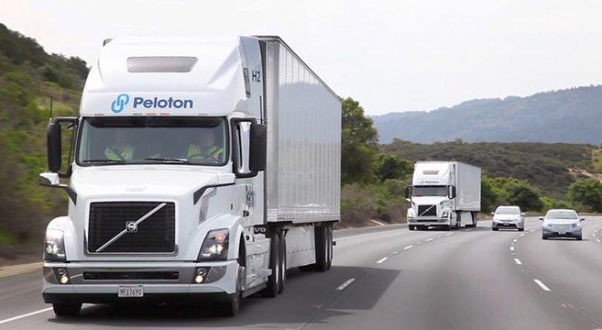 """Tecnologia permite que motorista """"dirija"""" dois caminhões ao mesmo tempo"""