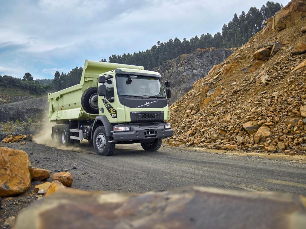 Caminhões vocacionais Volvo FMX e VM 32 toneladas são destaques na Fenatran 2019