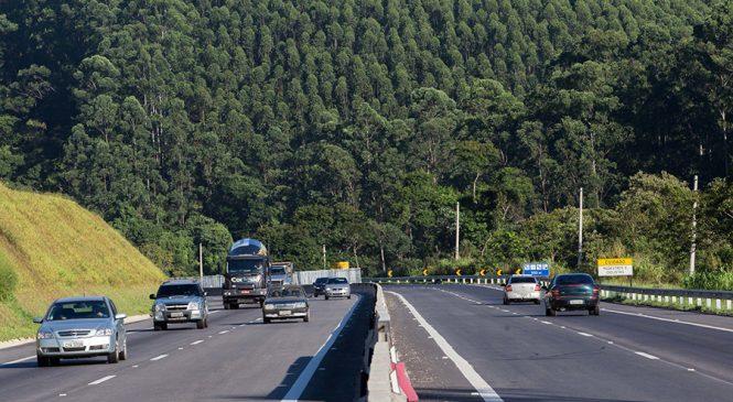 DER restringe circulação de veículos de carga na Tamoios no verão