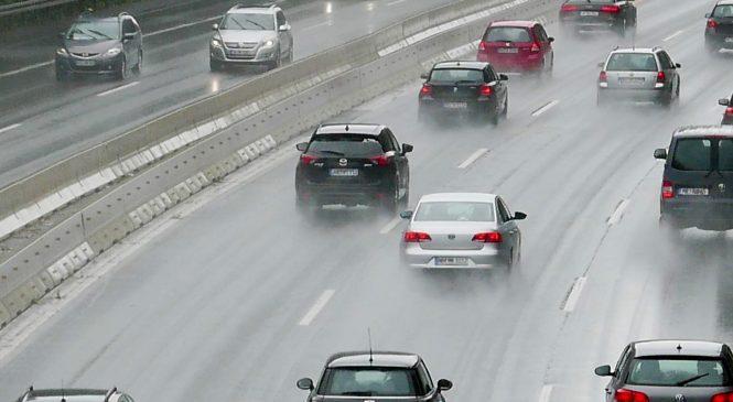 Veja como é dirigir em uma Autobahn, a rodovia sem limite de velocidade da Alemanha