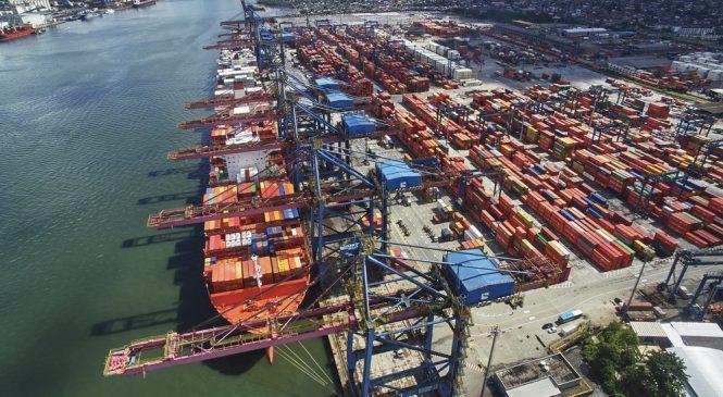 Cresce o transporte de produtos em contêineres no Porto de Santos, SP