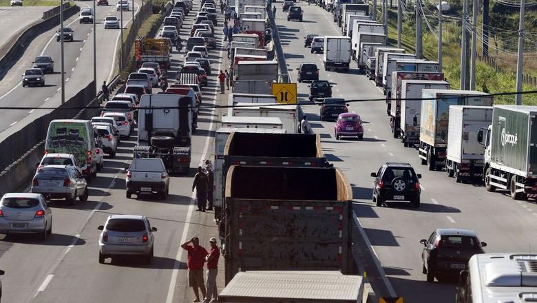 Piso mínimo de frete deveria ser reajustado de 15% a 18%, estimam caminhoneiros