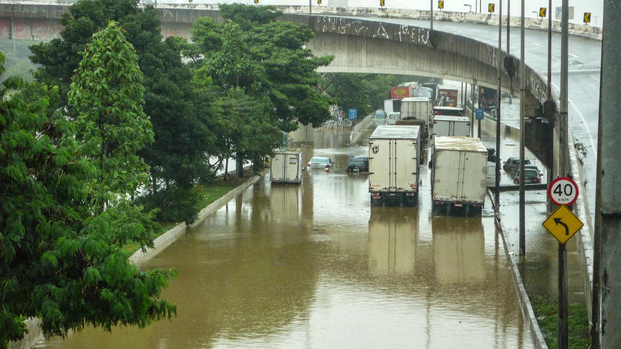 Enchentes afetaram transporte de cargas em 70% em SP