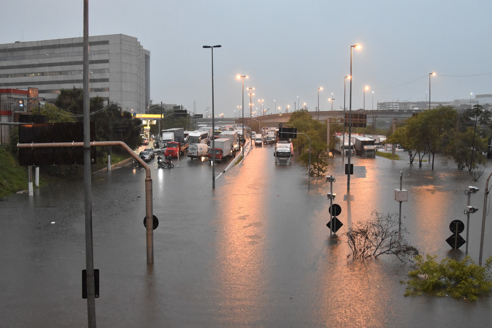 Rodízio de carros e caminhões é suspenso em segunda-feira de chuva e alagamentos em SP