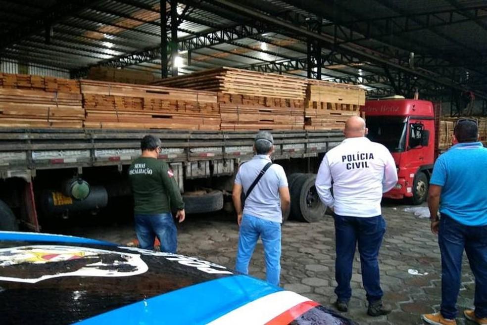 Operação apreende carga ilegal com 120 mil cabos de vassoura em Belém