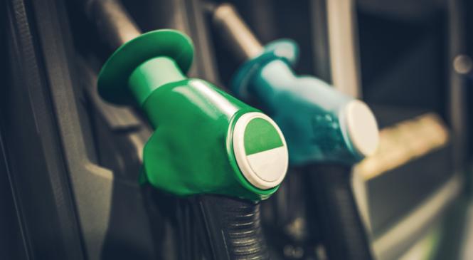 Postos repassam alta do petróleo e gasolina sobe 2,4% em 15 dias