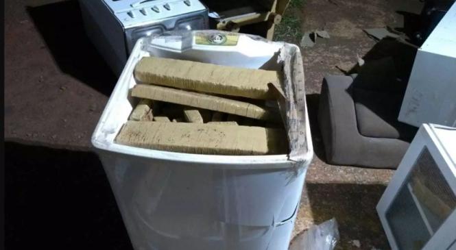 Caminhoneiros desconfiam do peso de móveis, descobrem drogas e 3 são presos