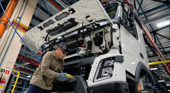 Venda de caminhões cai 8% em setembro por falta de componentes para produção
