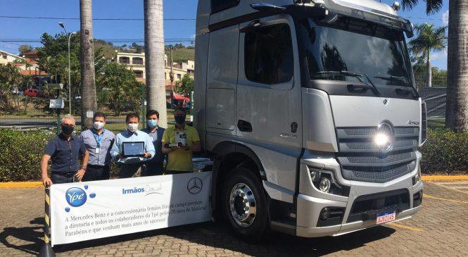Irmãos Davoli e Mercedes-Benz homenageiam Química Amparo – Ypê