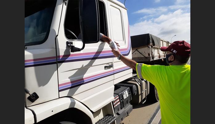 CCR NovaDutra realiza ação de distribuição de kits de higiene para caminhoneiros na via Dutra