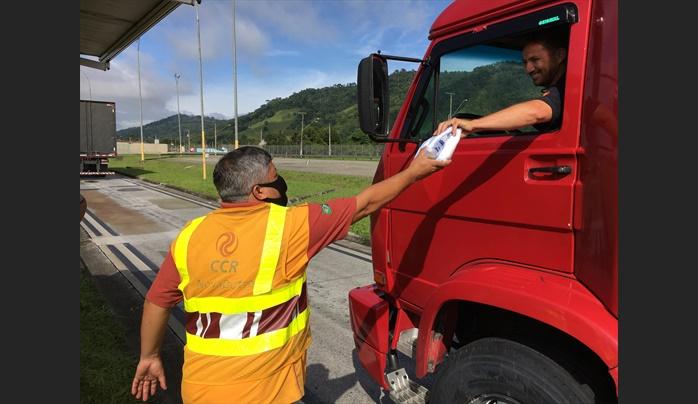 CCR NovaDutra realiza distribuição de cestas básicas para caminhoneiros em Roseira (SP)