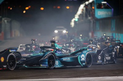 EPrix de Diriyah, primeira corrida noturna de Fórmula E totalmente elétrica, em andamento, ilumina os céus da Arábia Saudita