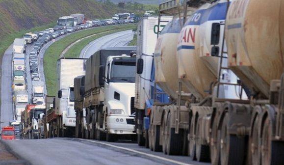 Governo cogita comprar caminhões antigos para equilibrar preços do frete