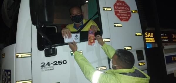 CCR RodoAnel alerta caminhoneiros sobre riscos de dirigir com sono