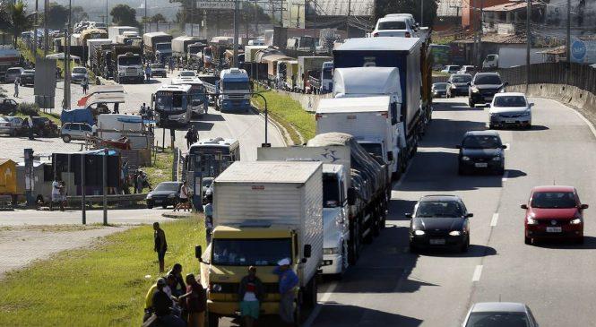 Caminhoneiros podem realizar paralisação nacional a partir deste domingo (25)